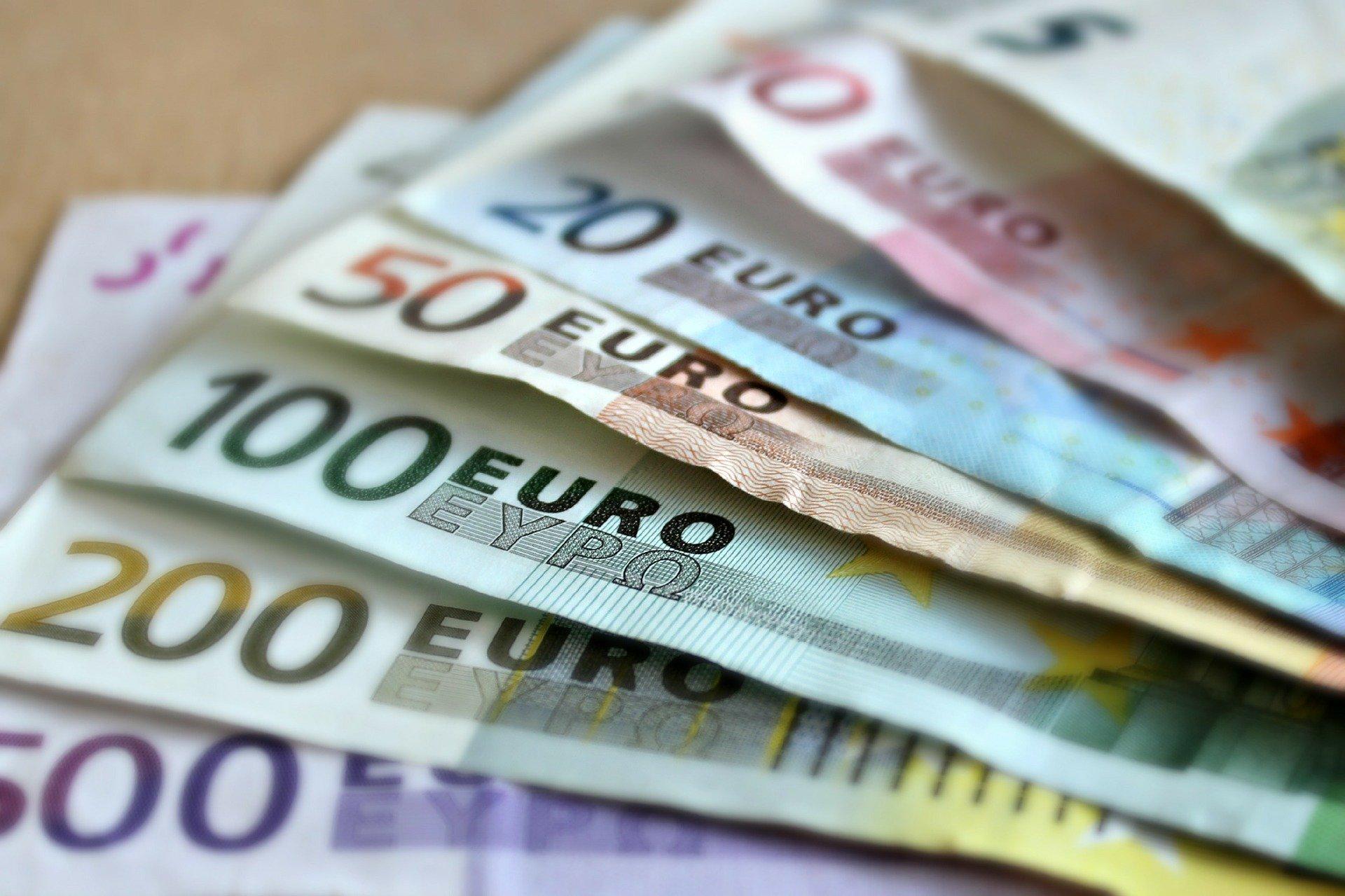 Superávit comercial da zona do euro cai para 2,9 bilhões de euros em abril